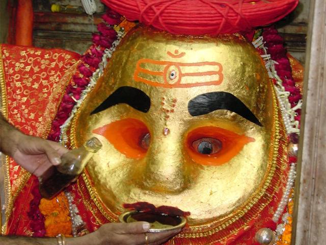 Kal Bhairav Temple – यहां प्रसाद में मिलती है Whisky, Vodka और Rum