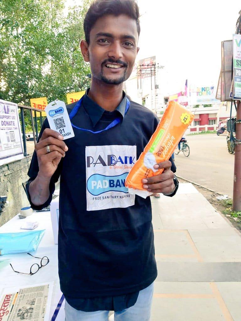 Padbank- गरीब लड़कियों और महिलाओं को मुफ्त पैड बांट रहा पैडबैंक