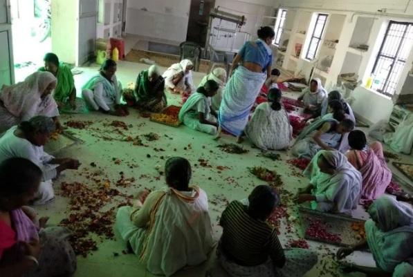 Varanasi: साड़ी के शहर में, अगरबत्ती की महक बदल रही जिंदगी